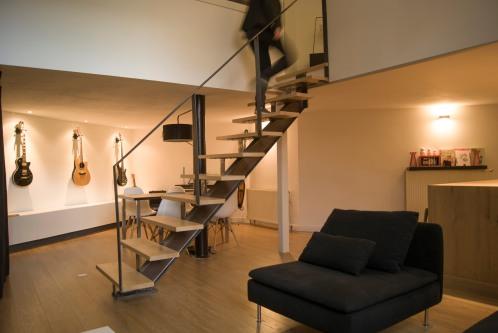 Salon avec escalier métal & bois vue sur la salle à manger