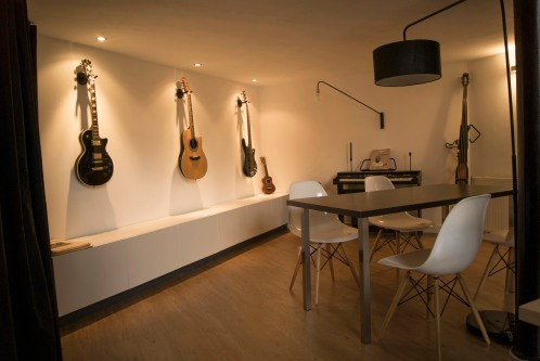 Salle à manger avec un espace musique